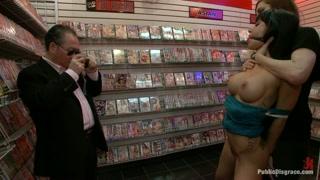 la bella schiava nel sexy shop alla merce dei clienti