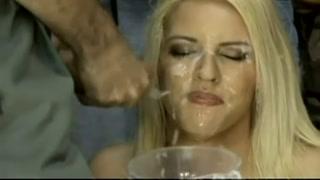 Bellissima scena di sesso con una donna e una gang bang