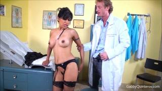 Bella troietta paziente si scopa il dottore arrapato