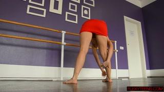 Gambe aperte per la sexy ballerina alla sbarra
