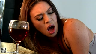 Nel camerino bicchiere di vino e grande scopata
