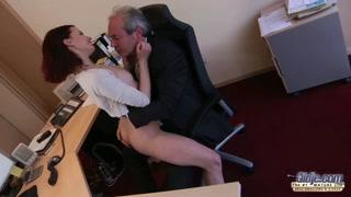Pompini gratis in ufficio con la mora e il suo capo