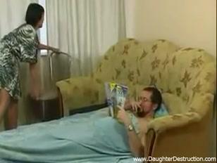 La casalinga vogliosa approfitta del suo uomo e se lo scopa