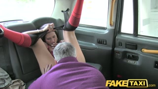 Troietta si fa leccare e fottere dal tassista anziano