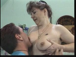Una nonnetta arrapata si fa scopare da un bel giovane