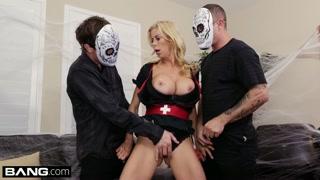 Tettona bionda se la fa con due uomini in maschera