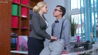 Mamme succhia cazzi in ufficio