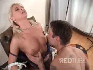 Lei e il suo lui fanno giochi erotici un po´ sadici