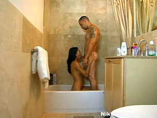 Amaporno nella vasca da bagno con scopata