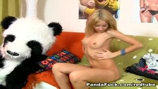 Una bionda eccitata si succhia il cazzo del panda.
