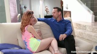 Filmini porno in famiglia con la scopata sul divano
