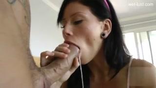 La culona ama i cazzigiganti dentro il buco anale.