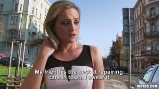 La bionda si fa scopare per strada per più di 200 euro