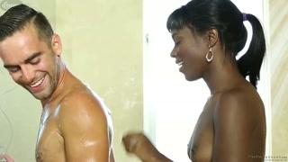 La nera ama il suo uomo in doccia