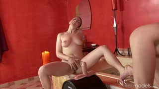 Sesso lesbo tra due ragazze nude che godono col dildo