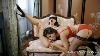 Una donna mistress seduce una donna sottomessa
