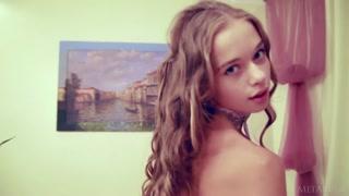 Mobile con la teenager che si spoglia nuda