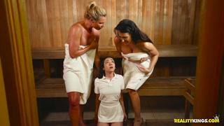 Lesbiche fanno sesso nella sauna a tre