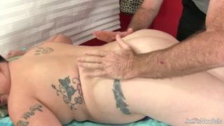 Cicciona si fa masturbare da uomo anziano