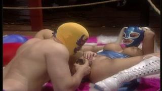 La wrestler tettona si fa leccare la fica sul ring