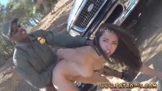 Un cazzo nero scopa una donna nel mezzo della via