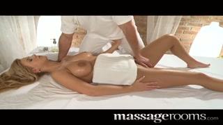 Massaggio sexy per la tettona bionda