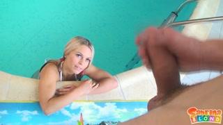 Filmati porno in piscina con la sexy bionda