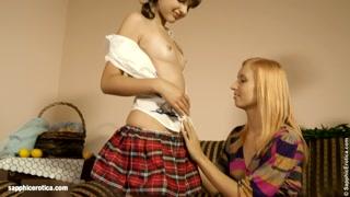 Lesbiche giovani si fanno cocenti ditalini