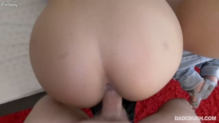 Ragazze porno si assistono per scopare a tre