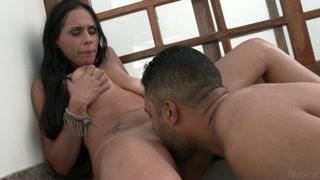 Latina scopa in bagno il suo uomo