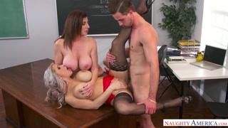 Le porno prof mature si leccano e fanno lo studente porco