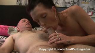Casalinga vogliosa si occupa del marito con pompino