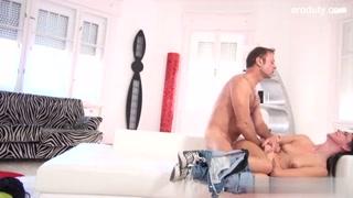 Un porno romantico con una donna hot