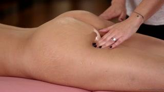Lesbiche si massaggiano e leccano le fighe