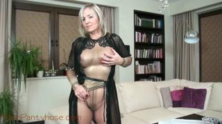 Video masturbazione con la bionda dalla lingerie trasparente