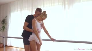 La ballerina ama il ballo ma anche il cazzo