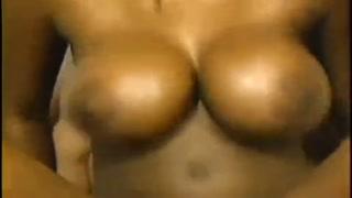 Tettone nere giganti lo eccitano prima del sesso