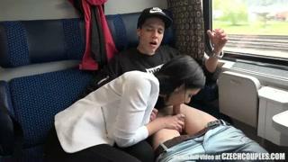 Una ragazza si insinua in una coppia sul treno
