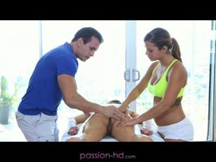 Due belle ragazze capiscono il vero senso del massaggio
