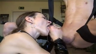 Splendida pompinara  succhia in gola profonda