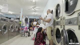 Pompini in pubblico alla lavanderia a gettoni