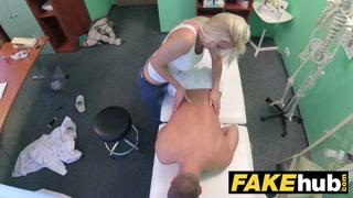 Dottoressa porno visita al suo paziente e lo succhia