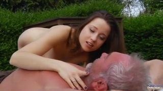 Bella ragazza castana super sexy scopa il suo uomo maturo