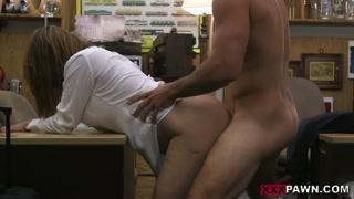 Hard sex nel retro del negozio di pegni