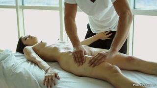 Massaggio porno per una ragazza super sensuale che vuole scopare