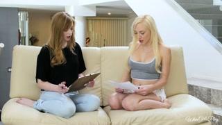 Lesbiche sul divano si eccitano e se le mettono in faccia