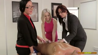 L´ufficio si trasforma in una massage room con sega al capo