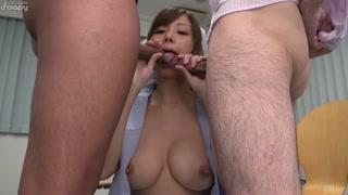Cameriera pulisce con la lingua due manzi