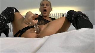 Masturbazione con un dildo trasparente
