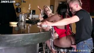 Scopata con la negra al bancone del bar